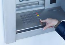 Vrouw die een transactie op ATM voltooien royalty-vrije stock foto
