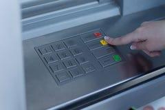 Vrouw die een transactie op een bank ATM selecteren stock afbeelding