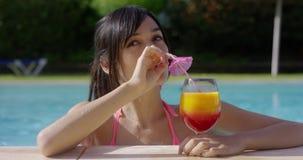 Vrouw die een tropische cocktail met anticiperen eyeing stock video