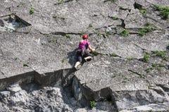 Vrouw die een verticale rots langs rivier Meuse in België beklimmen Royalty-vrije Stock Afbeeldingen