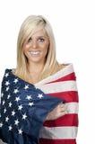 Vrouw die in een Vlag wordt verpakt Stock Afbeeldingen