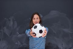 Vrouw die een voetbalbal voor krijttekenbord houden Royalty-vrije Stock Foto