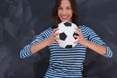 Vrouw die een voetbalbal voor krijttekenbord houden Stock Afbeelding
