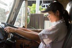 Vrouw die een vrachtwagen drijft Royalty-vrije Stock Afbeelding