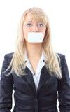 Vrouw die een witte kaart houdt, die haar mond behandelt stock foto