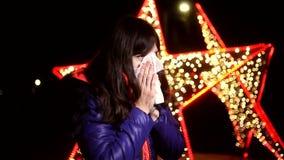 Vrouw die in een zakdoek koude griep niezen stock video