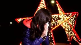 Vrouw die in een zakdoek koude griep niezen stock videobeelden