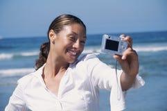 Vrouw die een zelfportret van zelf haar neemt Stock Foto's