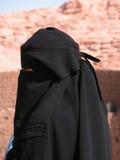 Vrouw die een Zwarte Burqua draagt Royalty-vrije Stock Afbeelding