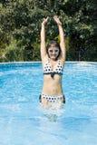 Vrouw die in een Zwembad springt Stock Afbeeldingen