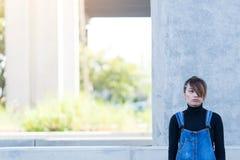 Vrouw die eenzaam in het concept van de straatmanier voelen royalty-vrije stock foto's