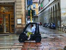 Vrouw die elektrische persoonlijke auto in het historische centrum Milan Italy drijven stock afbeelding