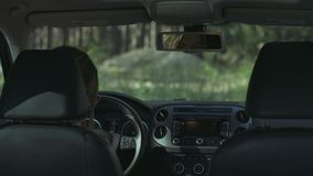 Vrouw die elektronisch dashboard in de auto gebruiken stock video