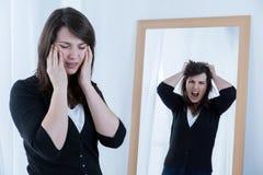 Vrouw die emoties proberen te maskeren Stock Foto's