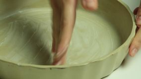 Vrouw die en bakseltrey koken invetten stock footage