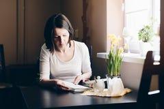 Vrouw die en Boek ontspannen lezen royalty-vrije stock foto's