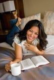 Vrouw die en de Bijbel lezen studing Stock Foto's