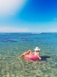 Vrouw die en in de oceaan ontspannen drijven Royalty-vrije Stock Fotografie