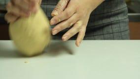 Vrouw die en een deeg koken maken stock videobeelden