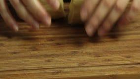 Vrouw die en een deeg koken maken stock footage