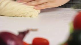Vrouw die en een deeg koken maken stock video