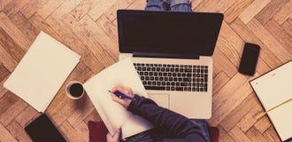 Vrouw die en een koffie werken hebben Stock Foto's