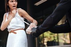 Vrouw die en met roverswhi gillen vechten die haar zak stelen royalty-vrije stock foto's