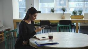 Vrouw die en op de vergadering met de partner werken wachten stock footage