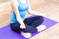 Vrouw die en yoga mediteren doen stock fotografie