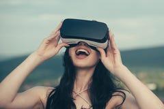 Vrouw die ervaring krijgen die VR-Hoofdtelefoon glazen gebruiken Digitale toekomst en innovatie Visueel werkelijkheidsconcept Vro royalty-vrije stock afbeeldingen