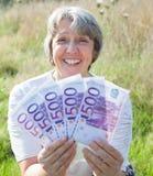 Vrouw die 2500 euro houden Royalty-vrije Stock Afbeeldingen