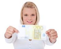 Vrouw die 200 euro houdt Stock Foto's