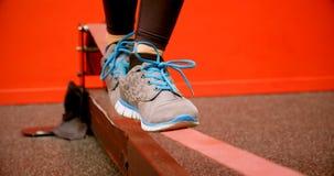 Vrouw die in evenwicht brengende oefening in geschiktheidsstudio 4k doen stock footage