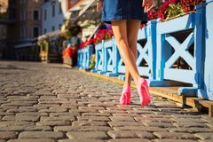 Vrouw die expressieve roze schoenen draagt stock afbeelding