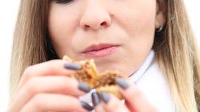Vrouw die fig.fruit met genoegen eten, close-up stock video