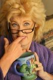 Vrouw die figner bijt Stock Foto's