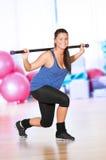 Vrouw die fitness oefening doet bij sportgymnastiek Stock Foto's