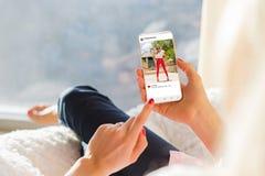 Vrouw die foto bekijken die app op mobiele telefoon delen stock afbeelding