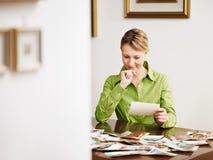 Vrouw die foto's bekijkt royalty-vrije stock afbeelding