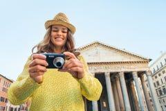 Vrouw die foto's in camera in Rome controleren Stock Afbeeldingen