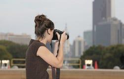 Vrouw die foto's neemt Stock Foto's