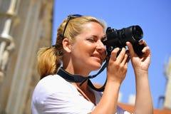 Vrouw die foto's op de straat neemt Stock Foto's