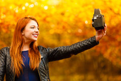 Vrouw die fotobeeld met oude camera nemen openlucht Stock Foto