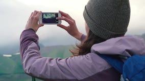 Vrouw die fotosmartphone nemen die foto van de achtergrond delen die van de landschapsaard van de reis van de vakantievakantie ge stock videobeelden