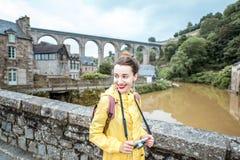 Vrouw die in Franse stad Dinan reizen stock afbeelding