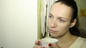 Vrouw die frappe drinkt stock videobeelden