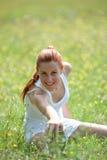 Vrouw die fysieke oefening doet Royalty-vrije Stock Afbeeldingen