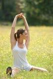 Vrouw die fysieke oefening doet Stock Afbeeldingen