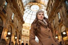 Vrouw die in Galleria Vittorio Emanuele II afstand onderzoeken Stock Foto