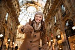 Vrouw die in Galleria Vittorio Emanuele II beduimelt omhoog de tonen Stock Afbeelding